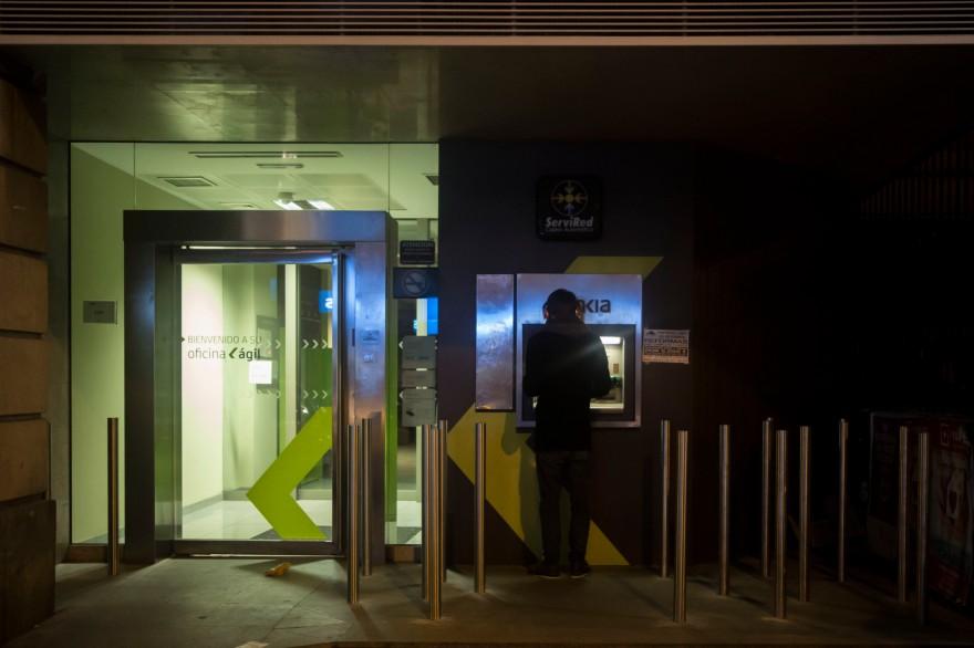 Bankia coloca pibotes 'anti-mendigos' en una sucursal del centro de Madrid