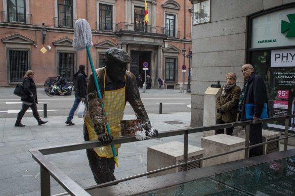 Las estatuas de hombres amanecen vestidas con delantales y fregonas solidarizándose con las mujeres (8.03.2018)