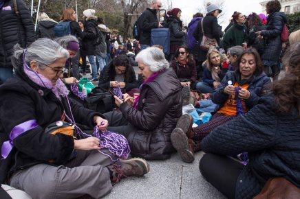 Un grupo de mujeres tejiendo juntas mientras participan en el picnic feminista de la Cuesta de Moyano (8.03.2018)