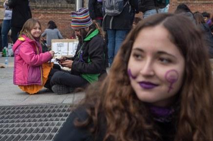 Una niña acude al picnic feminista de la Cuesta de Moyano con su padre (8.03.2018)