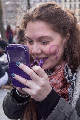 Rocio. practicante de autodefensa feminista, se pinta los labios de morado para la manifestación (8.03.2018)