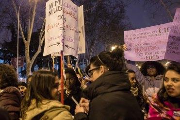 Joven afrodescendiente observa como otra compañera responde a las preguntas de una periodista durante la manifestación (8.03.2018)