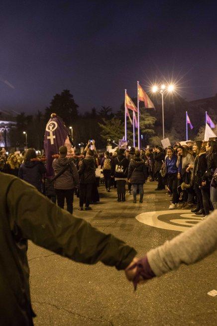 La Cofradía del Santísimo Coño tras el cordón formado por mujeres en la manifestación feminista (8.03.2018)