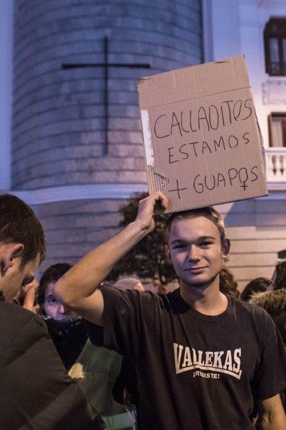 Un joven en la marcha porta una pancarta mostrando su apoyo a las mujeres (8.03.2018)