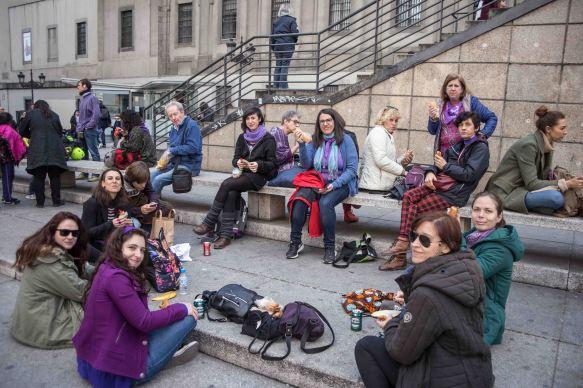 Compañeras de feminismos SECO disfrutando del almuerzo en el 8M