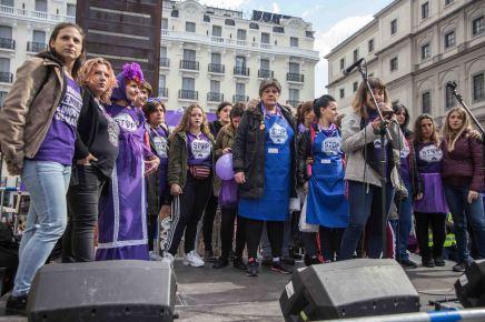 Colectivo en defensa de la vivienda durante el acto convocado en en la plaza del Reina Sofía